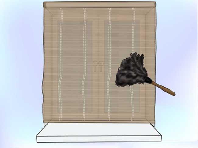 vệ sinh rèm gỗ bằng chổi lông gà