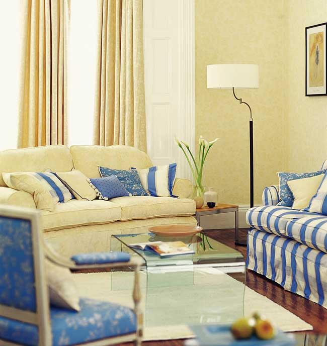 Phòng khách với rèm cửa