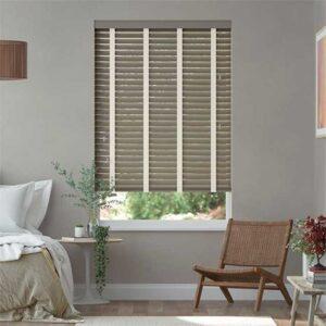 rèm gỗ che cửa sổ màu xám